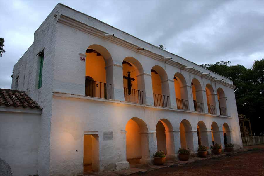 Una renovada iluminación resalta edificios del parque 9 de Julio en Tucumán