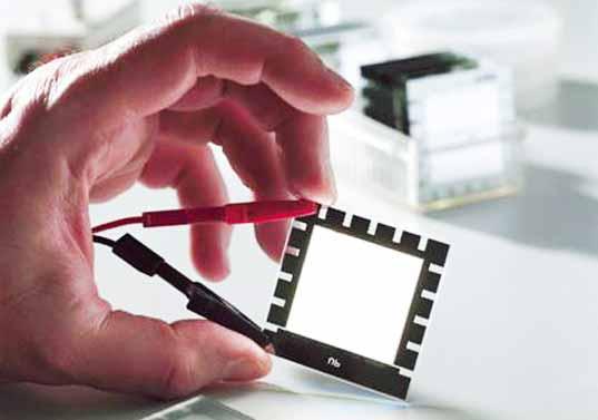 Diseñan OLEDs de mayor eficiencia recubiertos de policarbonato