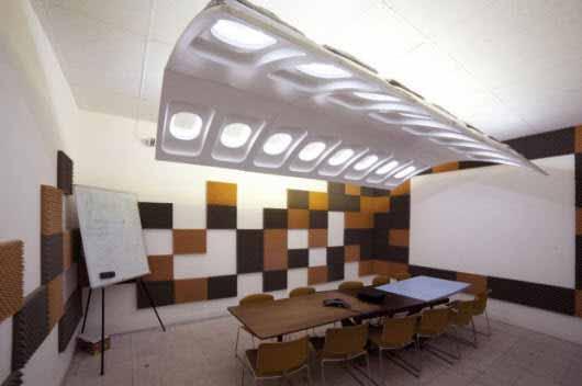 Los restos de fuselaje de avión sirven como estructura para esta gran luminaria