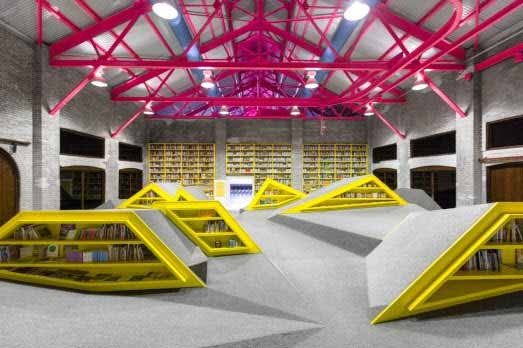 Una fábrica en desuso se convierte en un lugar de lectura gracias a su moderno diseño e iluminación