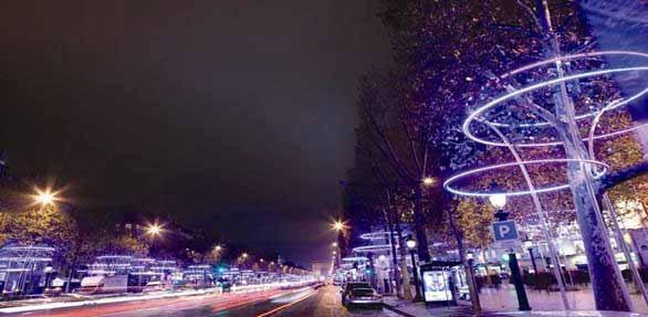Iluminación LED en los árboles de Champs-Elysees en París