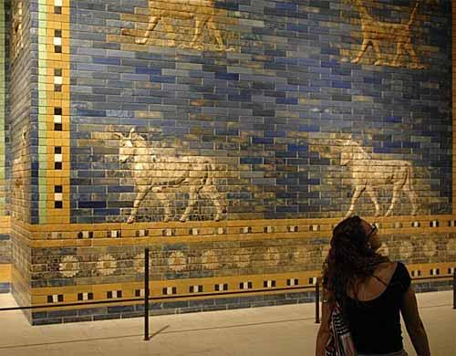 Iluminación en la exposición Babylon en el histórico Museo de Pérgamo en Berlín