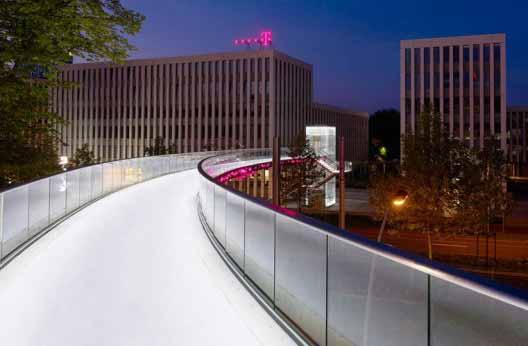 Iluminación LED inteligente para un puente con cruce peatonal