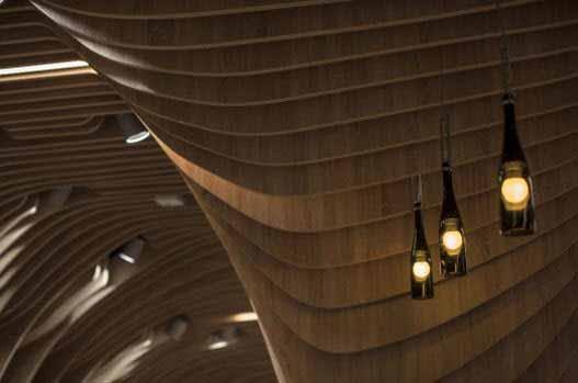 Un techo con un gran diseño y una iluminación correcta hace único a cada sector de este supermercado
