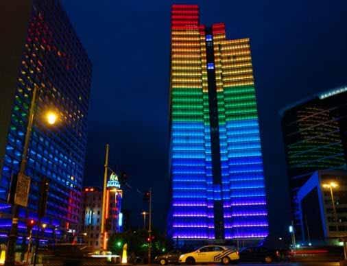 Una torre en Bruselas indica el clima con luces LED en su fachada