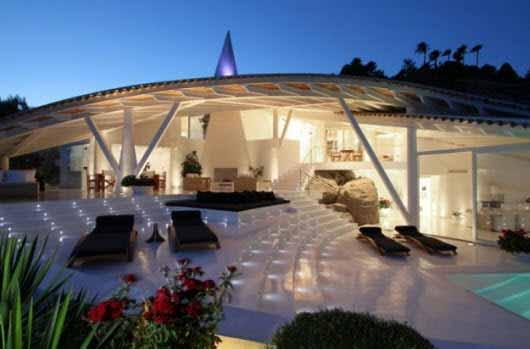 Iluminación ascendente para los espacios comunes de esta casa
