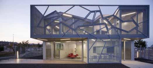 Una casa con un diseño extravagante brilla por dentro y por fuera gracias a su iluminación