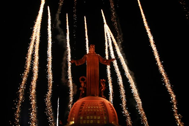 Iluminación de monumento a Cristo Rey en Cerro del Cubilete en México