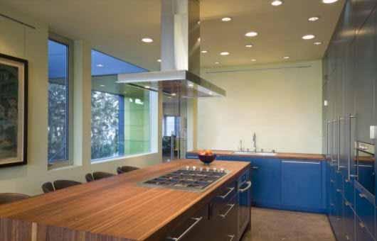 Una casa que le da un gran uso a sus espacios al aire libre