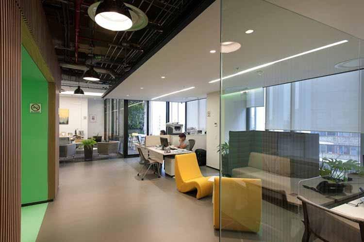 Una oficina moderna muestra su nuevo dise o e iluminaci n for Iluminacion oficinas modernas