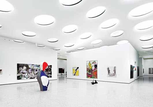 Luminarias que parecen portales de luz para iluminar este museo
