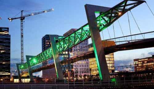 Impactante iluminación en un puente peatonal en Noruega