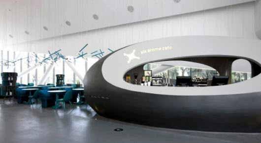 Un bar con un diseño inspirado en los océanos y iluminación en los rayos de una tormenta