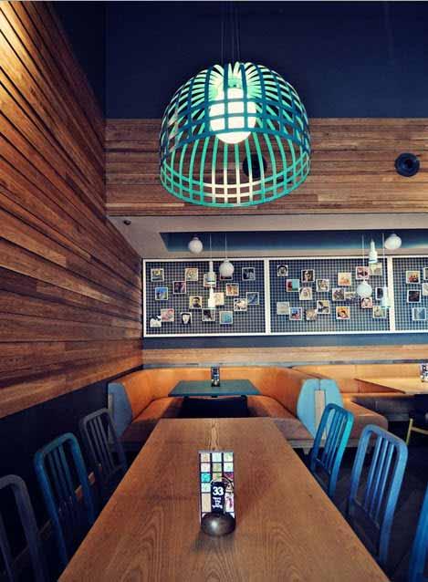 Una buena iluminación da intimidad a un restaurant con un techo de 10 metros de altura