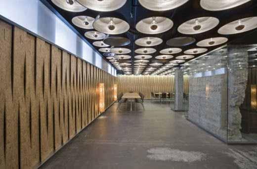 Diseño e iluminación vanguardista en el Restaurante El Merca en Pamplona, España.