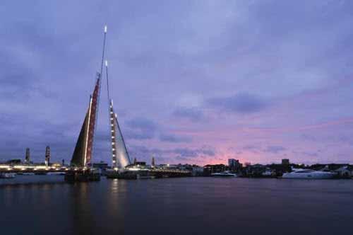 Iluminación en puente levadizo con forma de vela náutica